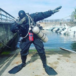 how does a drysuit work?