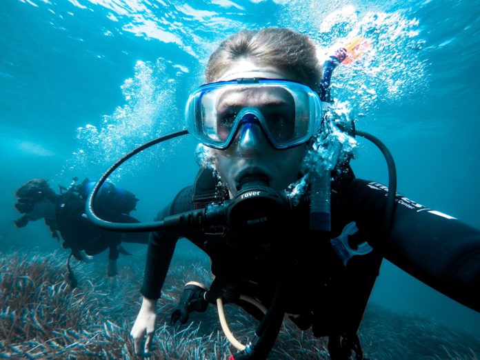 Preventing mask squeeze on a scuba dive