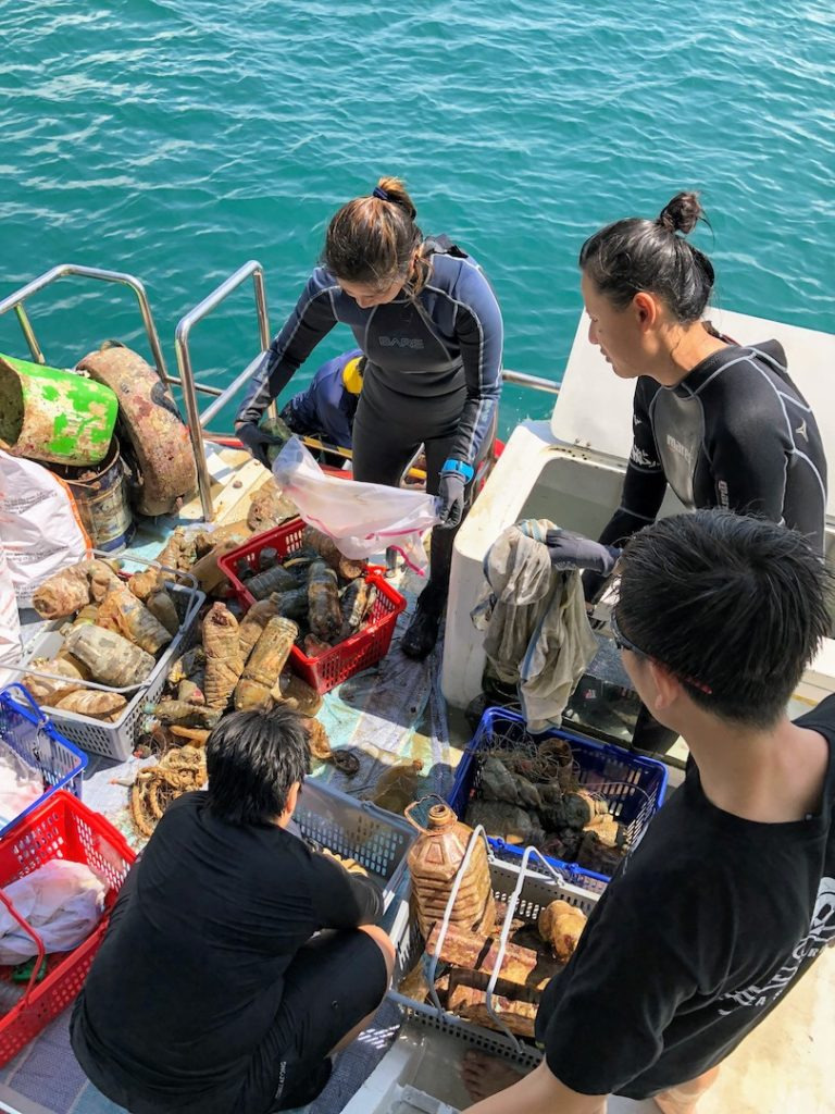 Clean up dive in Singapore - Citizen scientists are recording and sorting out this marine litter